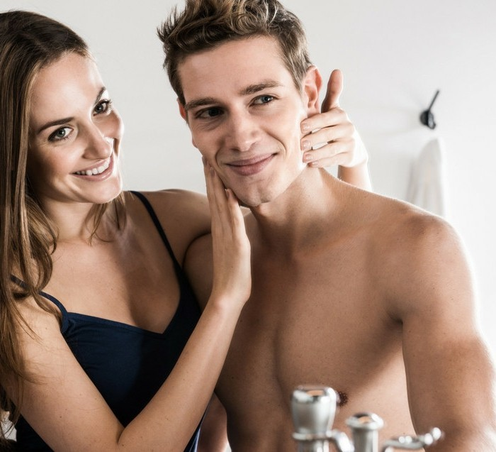 badspiegel-hilft-beim-rasieren