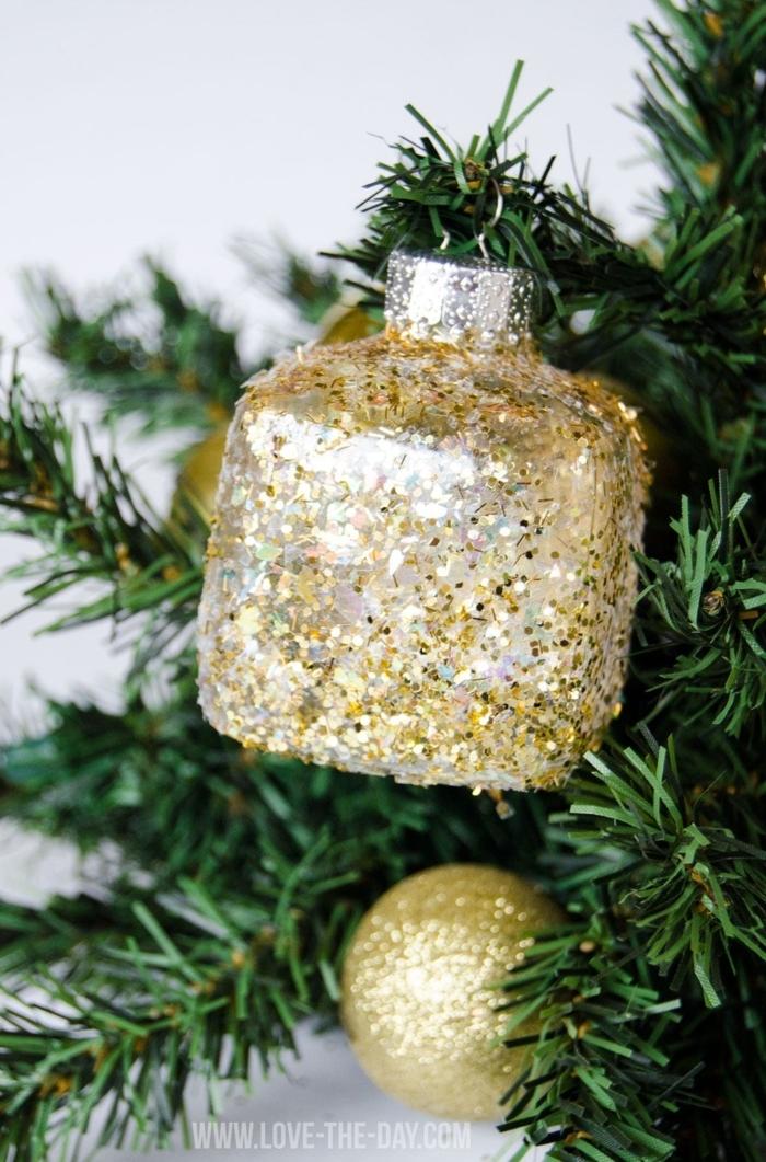 basteln ornamente weihnachtskugel mit glitter tannenbaum dekoration inspiration diy deko