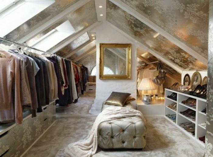 begehbare-kleiderschraenke-dachzimmer-golden-gestaltet-garderobenstaender