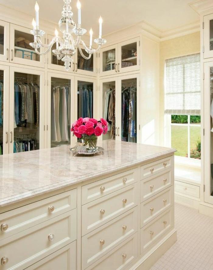 begehbare-kleiderschraenke-vase-mit-rosen-stilvolle-lampe-schraenke