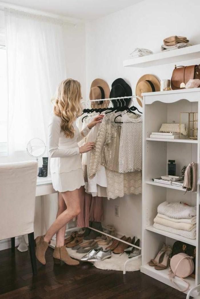 begehbarer-kleiderschrank-model-goldene-bluse-schuhe-hut-beige