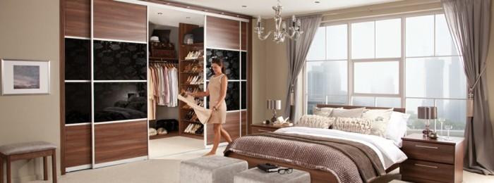 begehbarer-kleiderschrank-selber-bauen-schlafzimmer-frau-traegt-buegel