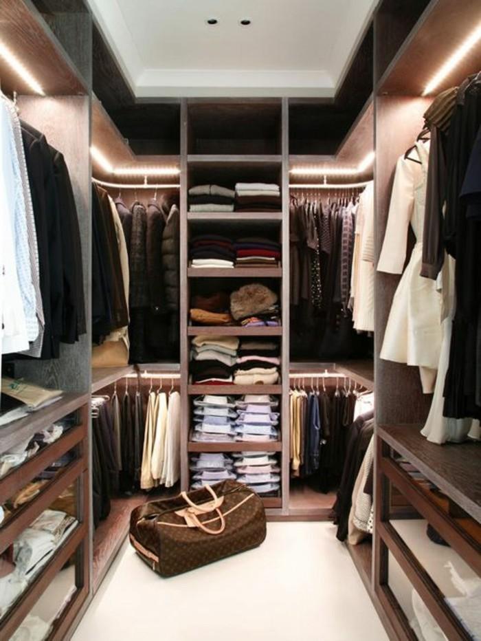 begehbarer-kleiderschrank-system-stilvoller-mann-tasche