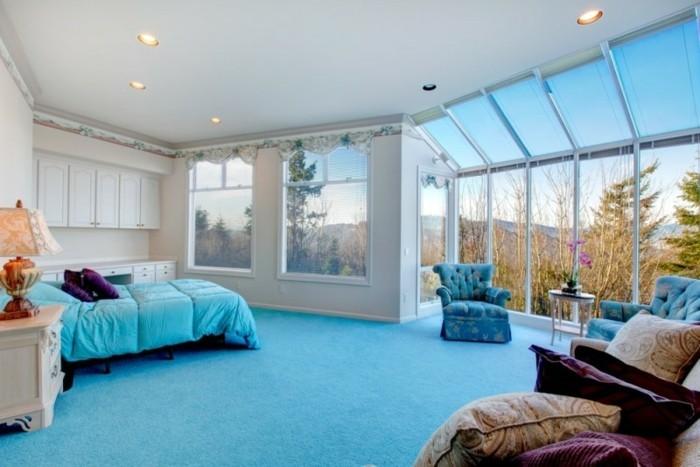 blaue-farbe-fuers-feng-schui-schlafzimmer-lila-kissen-sessel-blau-boden-blau-schraegen