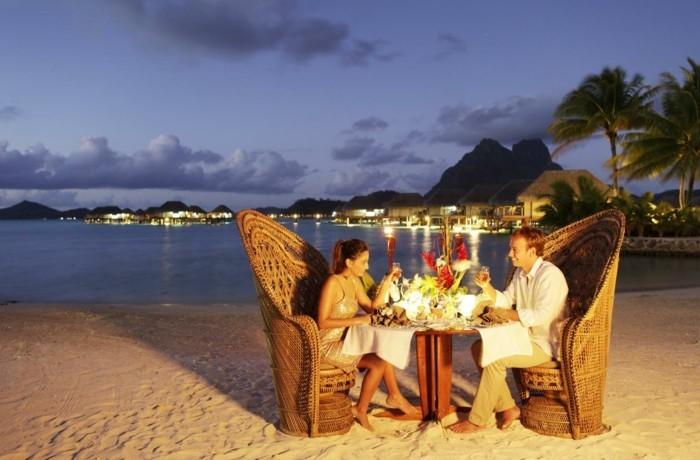 bora-bora-pauschalreise-romantisches-abendbrot-genießen-mit-dem-partner-abend-aktivitäten-auf-der-insel