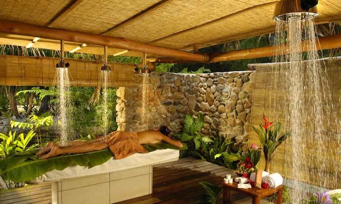 wellness reise welness massage auf bora bora genießen spezielle therapie zur besten erholung frau liegt und wartet auf die spa prozedure