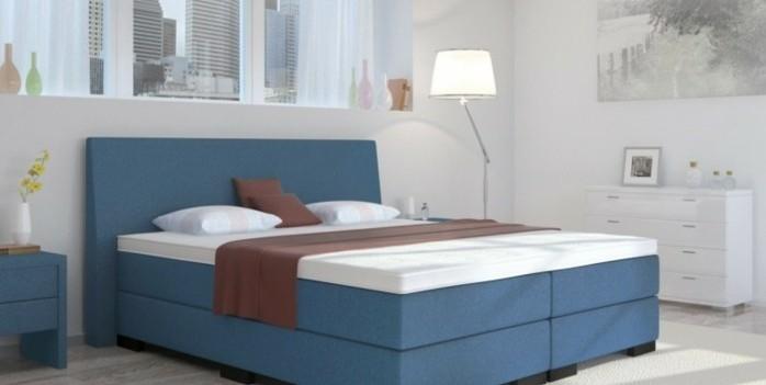 boxspringbett-im-schlafzimmer-lampe-weisse-moebel-deko-vase-bild