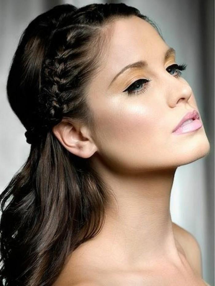 braut-make-up-brunette-mit-lidstrich-und-rosa-lippenstift-geschminkt-foto-model