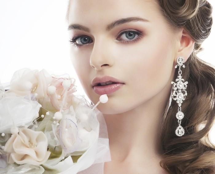 schoene-frau-braut-blumen-blumenstrauss-perlen-diamanten-ohrringe-natuerlicher-look