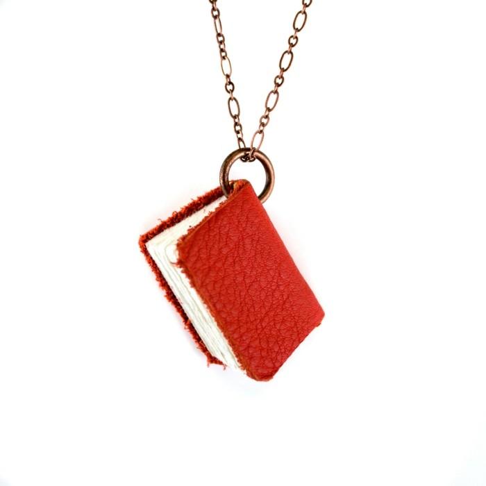 buch-basteln-eine-halskette-mit-einem-roten-buch
