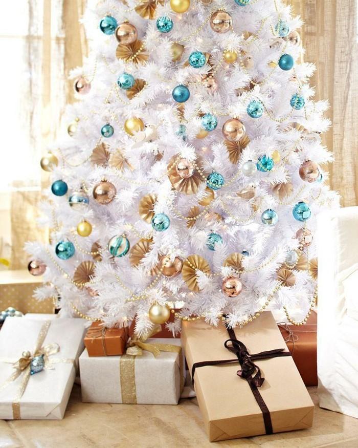 christbaum-weis-tuerkis-gold-weis-deko-ideen-ornamente-geschenke