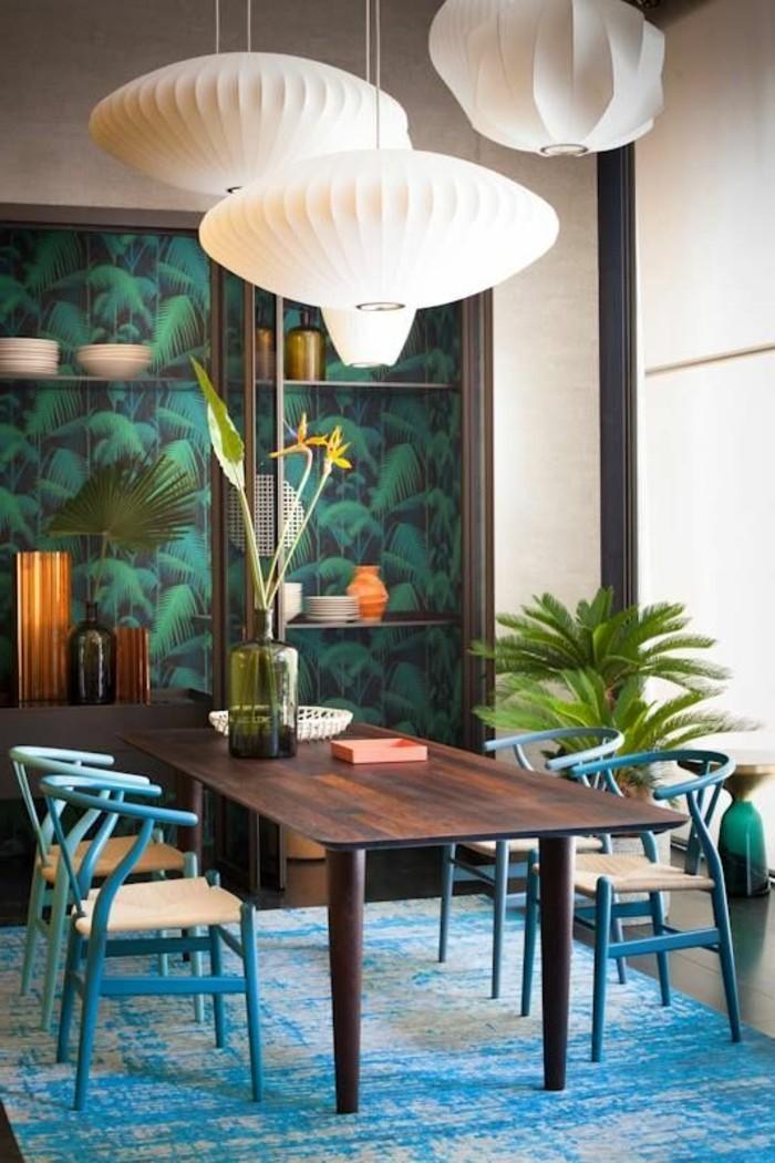 coole-muster-kuche-tisch-stuhle-lampenschirme-pflanzen-teppich-tappete-mit-blattern