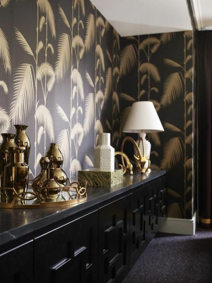 coole-muster-schwarze-tapete-mit-goldenen-blattern-stehlampe-schwarzer-schrank-accessoire