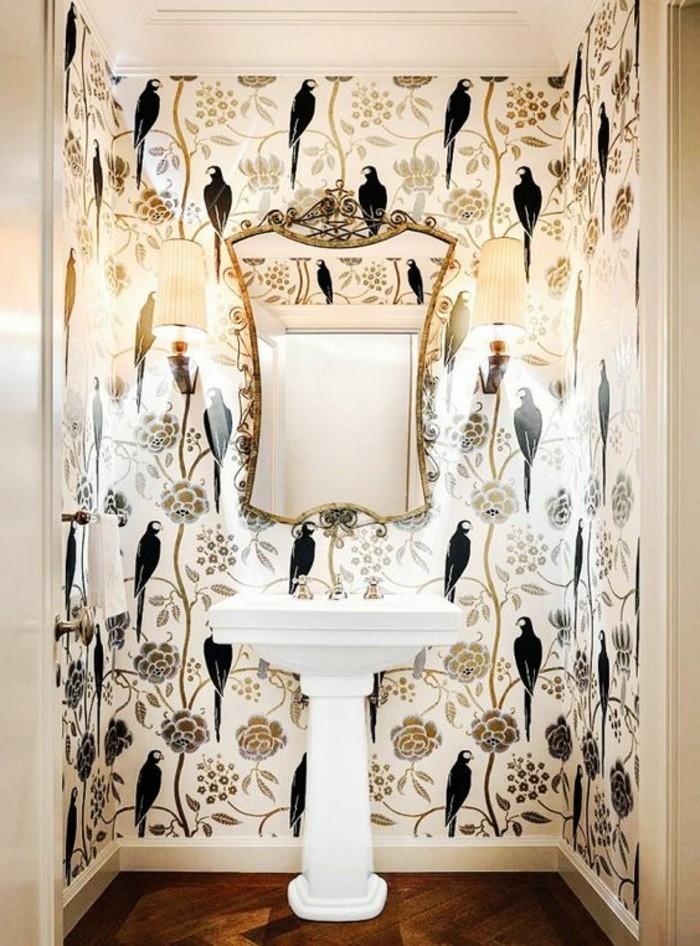 coole-muster-weise-tapete-mit-schwarzen-vogeln-weiser-waschbecken-spiegel-mit-goldenem-rahmen