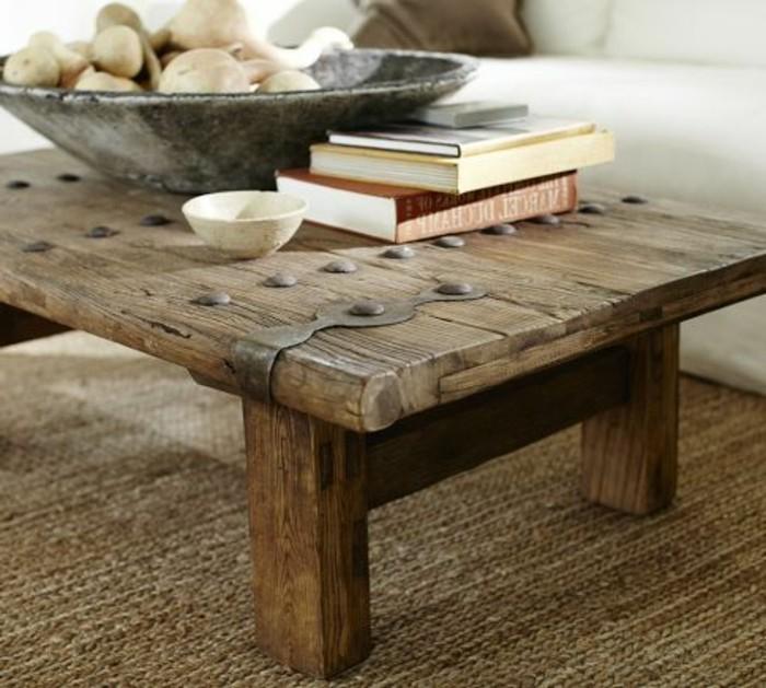 couchtisch-massivholz-metalldeko-kurze-beine-authentisch-tischdeko-brauner-teppich