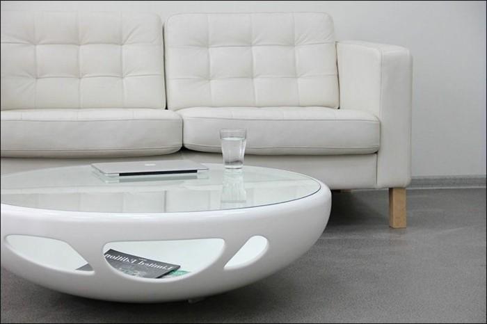 couchtisch-weiss-glas-modernes-design-mit-ovalen-loechern-runder-tisch-graue-ledercouch