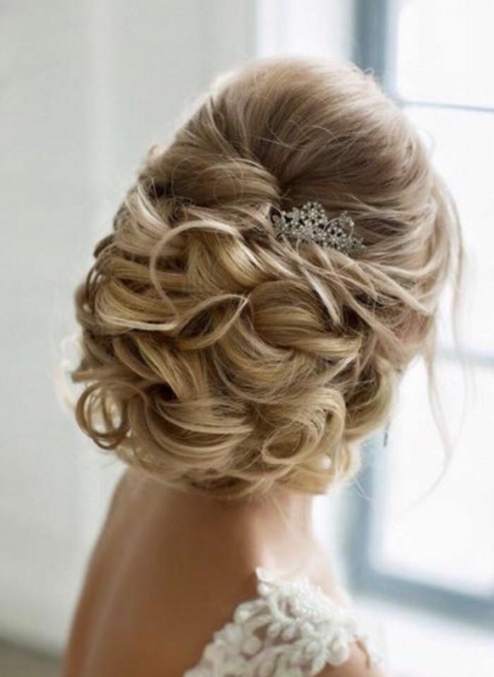 damenfrisuren-blonde-haare-braut-lockig-accessoire-weiser-kleid-hochzeitsfrisur