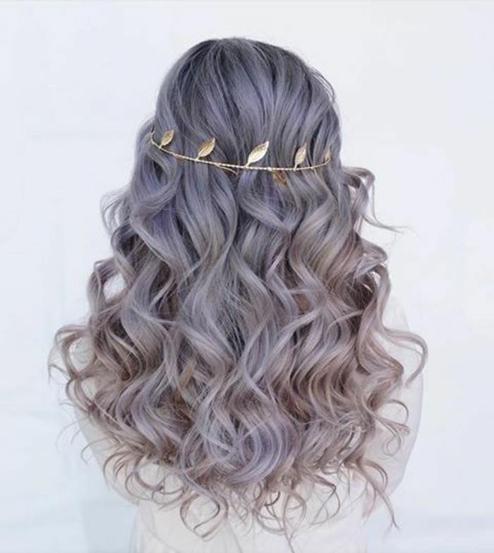 damenfrisuren-graue-lockige-lange-haare-goldenes-accessoire-blatter