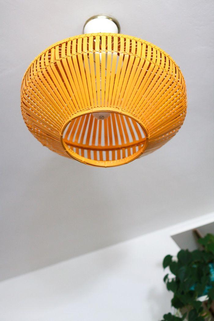deckenlampe selber bauen einfache einleitung schritt für schritt orangenfarbener lampenschrim aus ratankorb