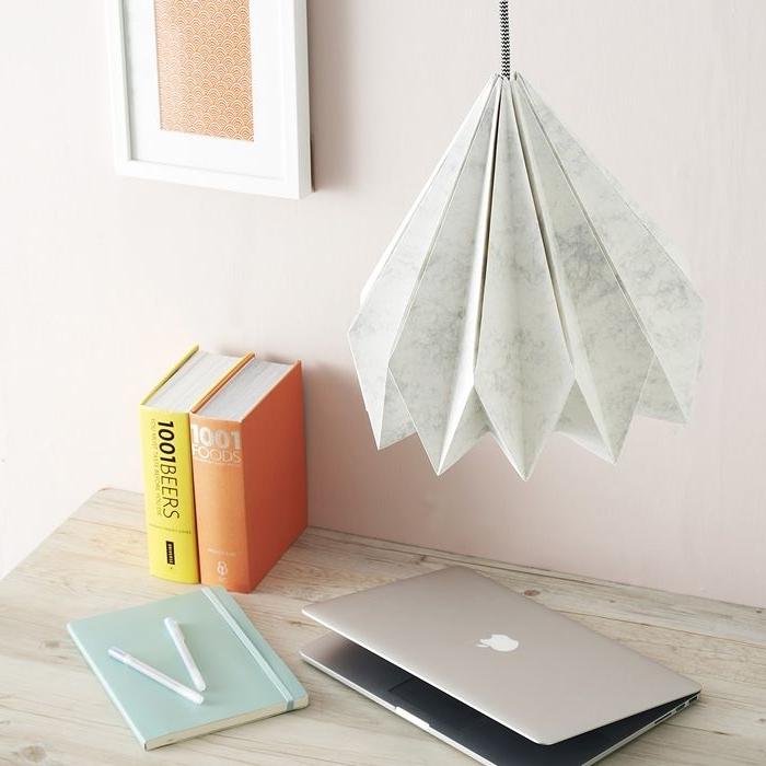 deckenlampe selber bauen selbstgemachter lampenschirm aus weißem papier origami falten arbeitszimmer deko