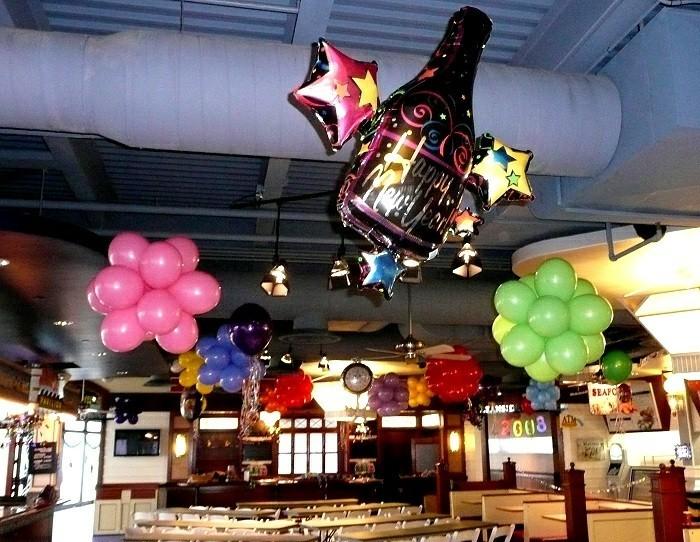 deko-silvester-mit-vielen-balonen