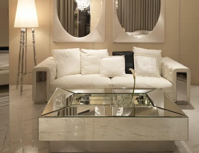designer-couchtische-aus-glas-spiegelglas-viereckig-niedrig-elegant-marmorfliesen-weisse-polstercouch-stehlampe