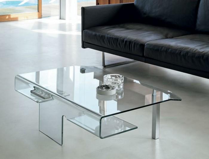 designer-couchtische-glas-mit-drei-faechern-beine-aus-metall-weisser-boden-schwarzer-ledercouch