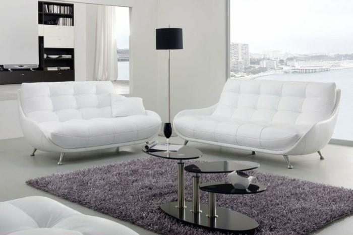 designer-couchtisch-in-ovaler-form-fuers-wohnzimmer-set-ledercouch-weiss-lila-plueschteppich-stehlampe