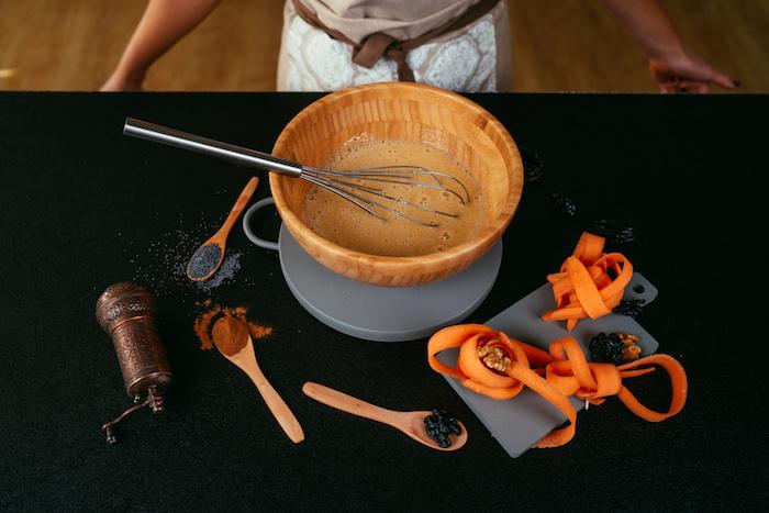 Karottenkuchen Rezept Schritt für Schritt, Eier mit einem Schneebesen schaumig schlagen