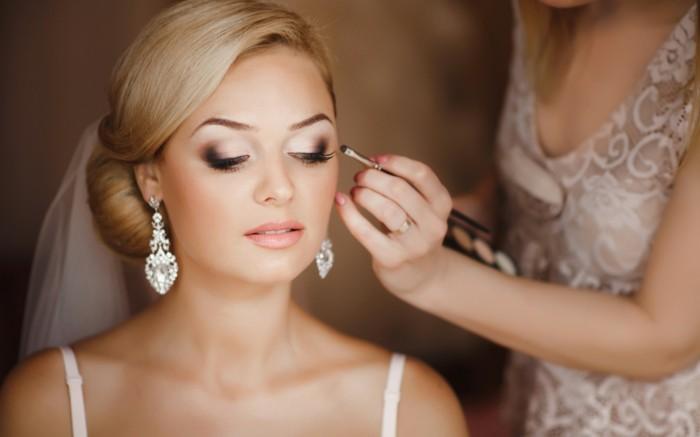 dezent-schminken-luxus-glamourioeser-look-pinsel-lidschatten-diamonds-ohrringe