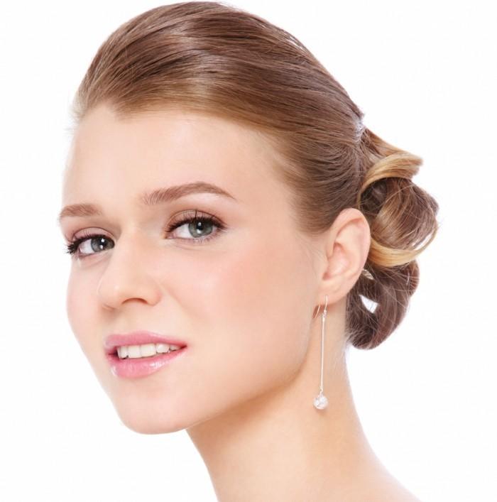 dezent-schminken-natuerliches-look-bei-braut-frisur-schmuck-lange-ohrringe-lipgloss-augen