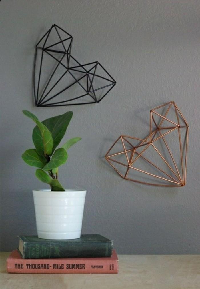 diy-deko-herzen-aus-metall-graue-wand-bucher-blumentopf-pflanze