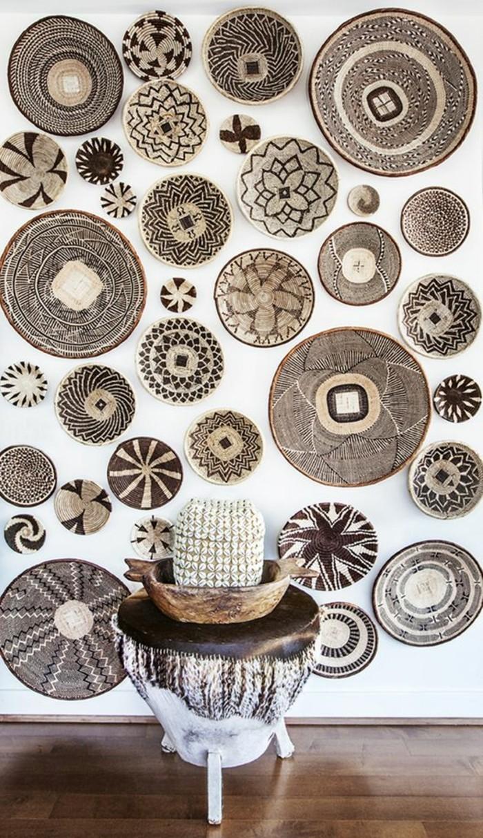 diy-deko-weise-wand-mit-vielen-marokanischen-tellern-tisch-boden-aus-holz