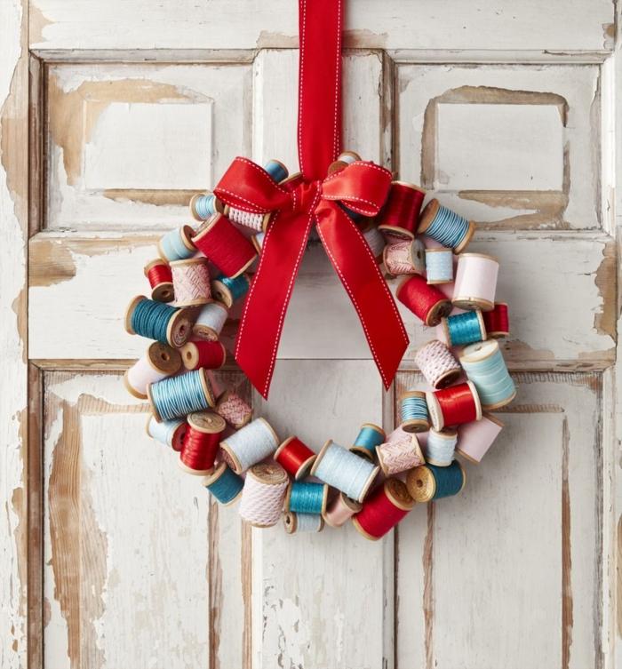 diy kranz bastelideen für weihnachten zum verschenken weihnachtskranz aus spulen kreative bastelideen
