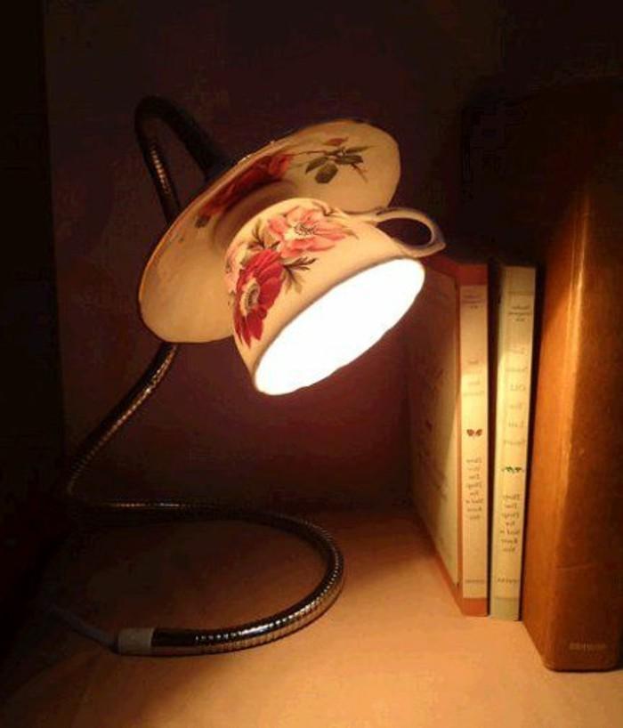 diy-lampe-aus-kaffeetasse-mit-rosen-bucher