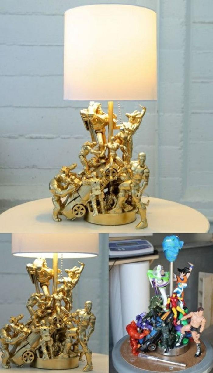 diy-lampe-aus-kleine-plastikfiguren-und-goldenem-spray