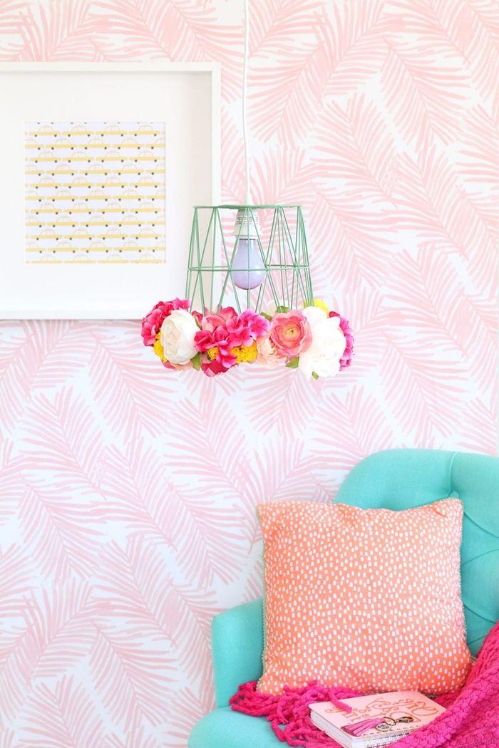diy lampe lampenschirm aus mülleimer und farbenfrohen kunstblumen deko selber basteln wohnungsdeko ideen