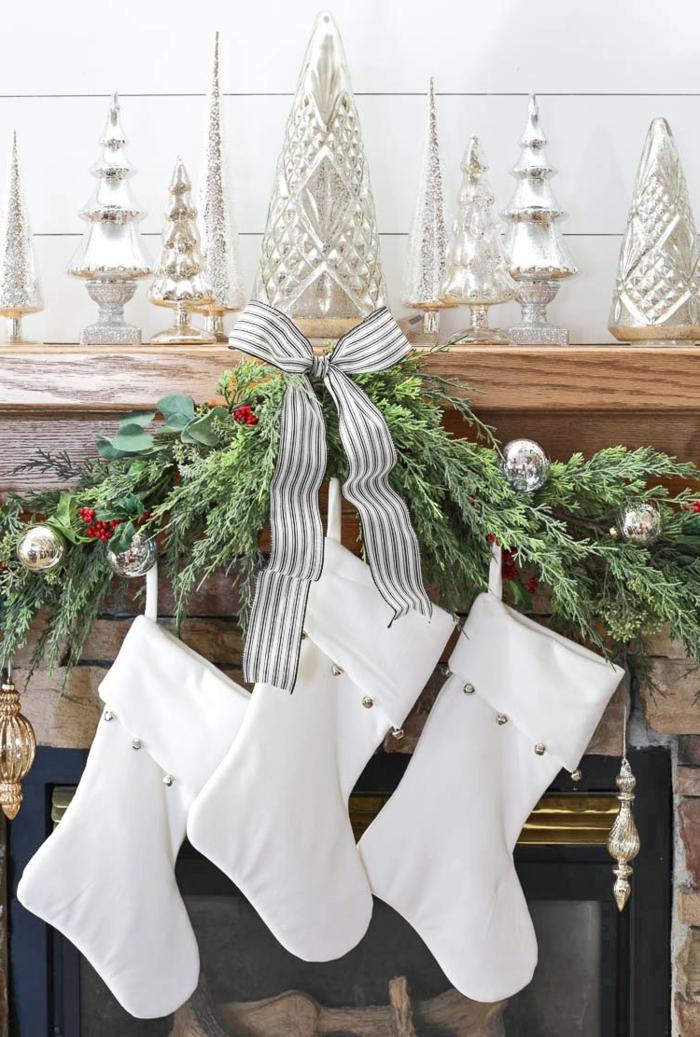 drei weiße nikolausstiefel aufgehängt am kamin bastelideen für weihnachten zum verschenken minimalistische dekoration