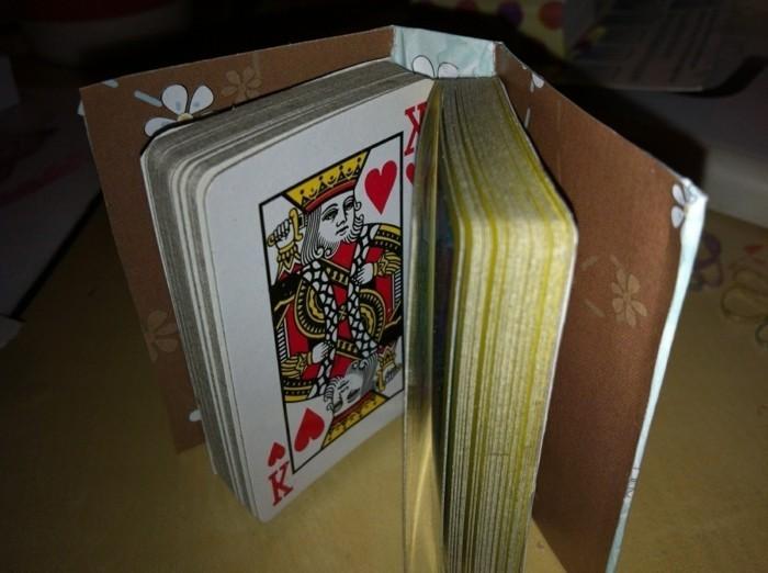 ein-selbstgebautes-mini-buch-mit-spielkarten