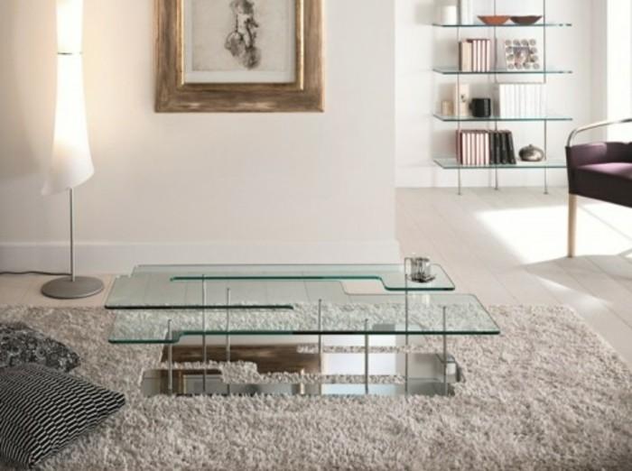 eleganter-designer-couchtische-aus-glas-und-metall-mit-vielen-faechern-wohnzimmer-mit-plueschteppich-weisse-waende-indirektes-licht
