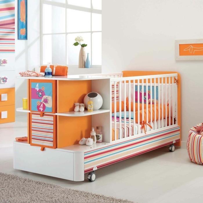 exklusive-babybette-auf-raedern-zum-leichten-bewegen-bunt-gestrichen-mit-bettkasten