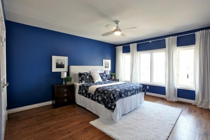 feng-shi-schlafzimmer-design-blau-dunkel-doppelbett-weisse-lacken-weisser-plueschteppich-holzboden-pflanzen-lange-gardinen-weisse-tuer