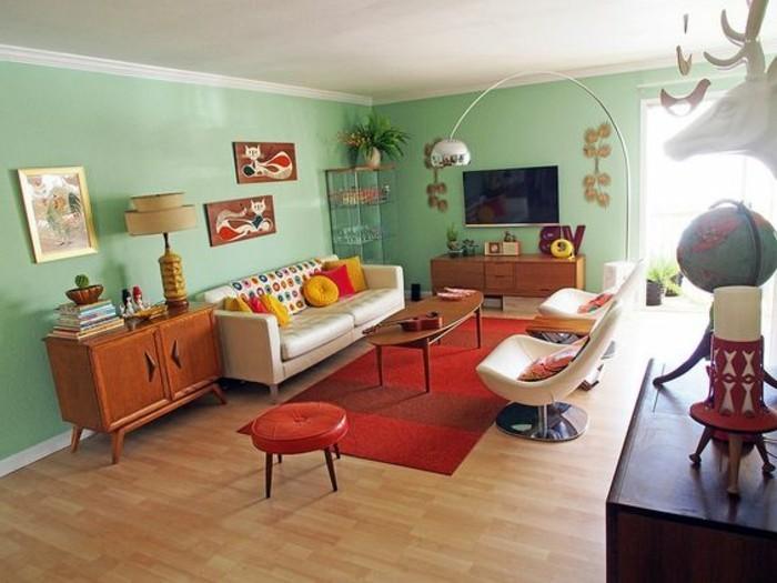 feng-shui-farben-farbgestaltung-wohnzimmer-gruene-waende-holzboden-weisse-couch-roter-teppich-lederhocker-rot-lederstuehle-weiss-stehlampe-gelbe-kissen