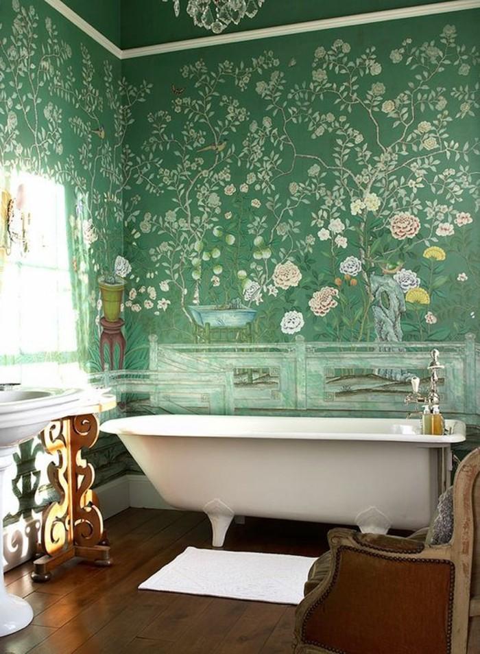 feng-shui-farben-gruenes-badezimmer-mustertapeten-naturmotive-holzboden-badewanne-waschbecken-antiker-stil
