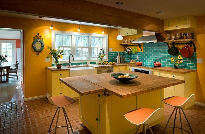 feng-shui-farben-prinzipien-kueche-in-orange-kochinsel-gelb-rueckwand-ziegel-blau-runder-spiegel