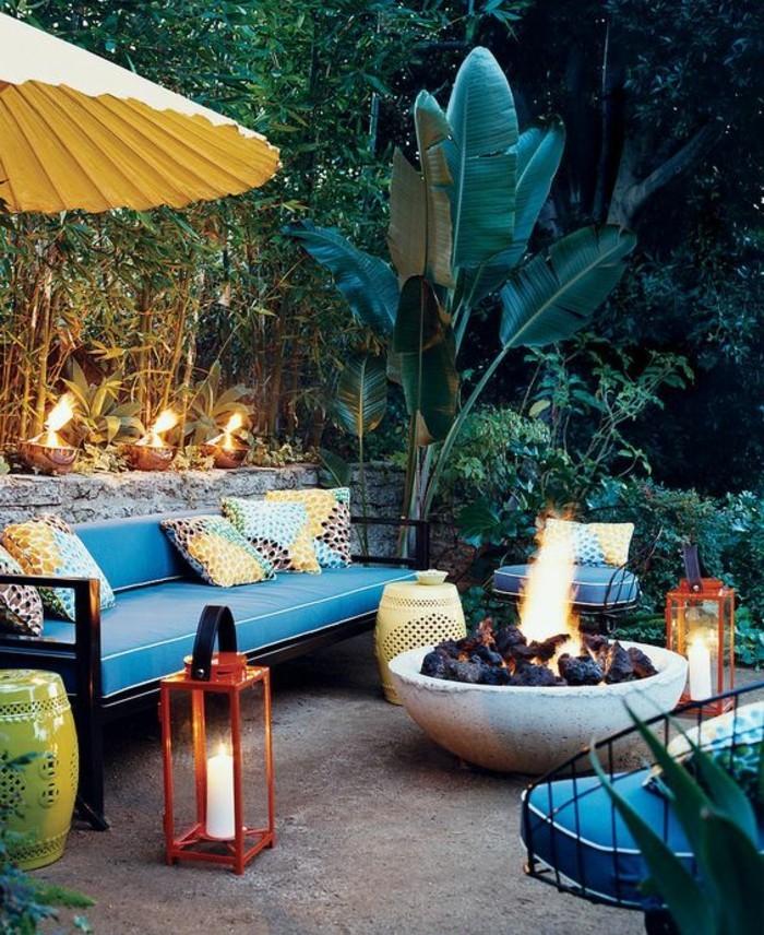 feng-shui-farben-privatecke-relaxecke-blaue-couch-musterkissen-kerzen-feuerstelle-aussenbereich