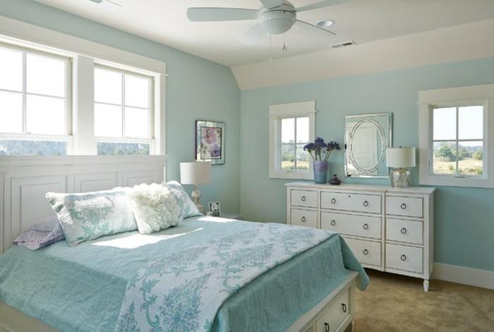farbgestaltung-schlafzimmer-feng-shui-schlafzimmer-blau-hellblau-doppelbett-kopfbrett-weisser-holz-grosses-fenster-spiegel-plueschteppich-plueschkissen