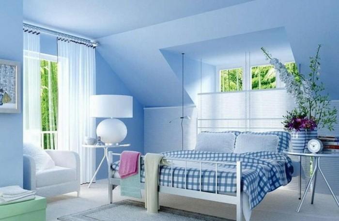 farbgestaltung-schlafzimmer-feng-shui-schlafzimmer-blaue-farbe-doppelbett-schraegdach-rollos-pflanzen-weisser-boden-nachtlampe-sessel-weiss