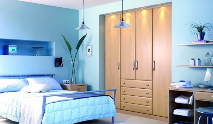 farbgestaltung-schlafzimmer-feng-shui-schlafzimmer-blaue-farben-doppelbett-indirektes-licht-pflanzen-schreibtisch-holz-grosse-garderobe-dekorative-wandnische