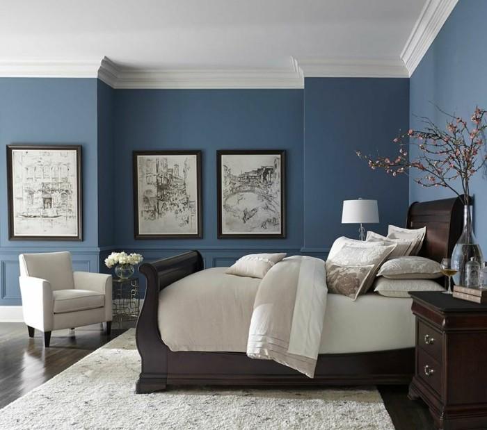 farbgestaltung-schlafzimmer-feng-shui-schlafzimmer-dunkelblau-doppelbett-aus-massivholz-sessel-weiss-plueschteppich-weiss-holzboden-pflanzen